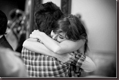 dê um abraço bem apertado em alguém_thumb[2]